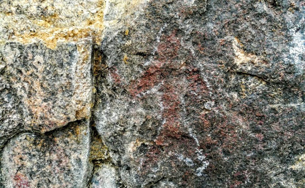 Петроглифы в пещере на горе Баин-Хан