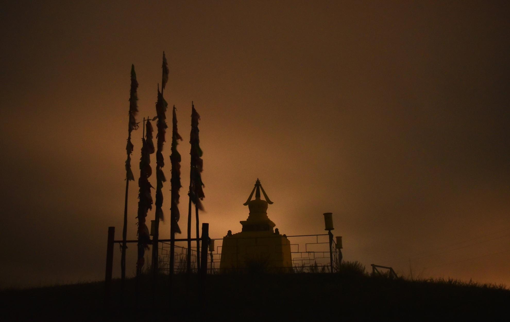 Субурган туманной ночью